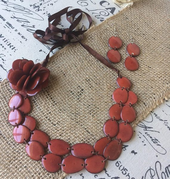 CAMEL BROWN CHUNKY FLOWER NECKLACE AND DANGLE EARRINGS